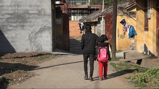 4月8日,曲比和妹妹放学后一起回家。澎湃新闻记者 朱莹 图