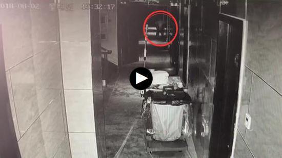 朱某宾馆内发色情小卡片被民警叫住。视频截图