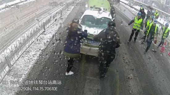 杨琼帮忙推车