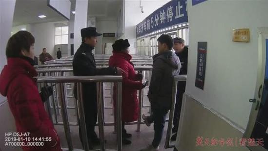 湖北一醉酒男子火车站耍横 咬伤民警被刑拘