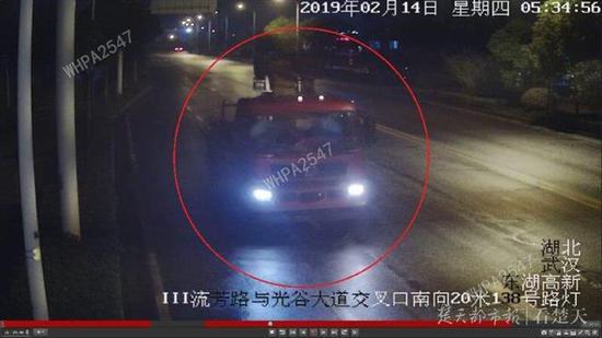 图为民警调集视频监控锁定神秘吊车
