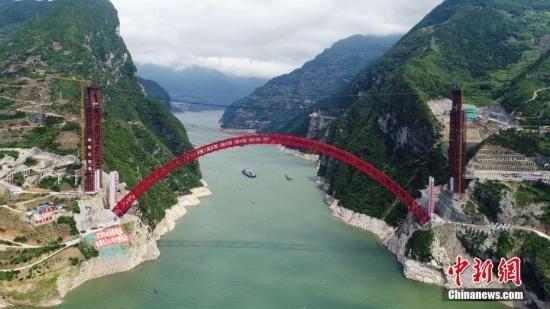 资料图:秭归长江大桥红色桥拱飞跨兵书宝剑峡。 中新社记者 欧阳耀坤 摄