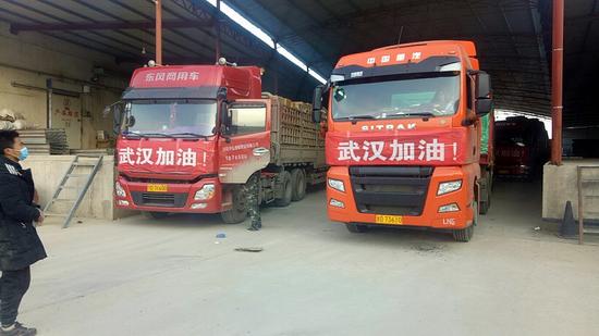 图为甘肃静宁县治平镇捐赠湖北的苹果准备发车。