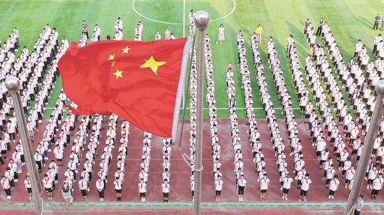 9月1日,湖北省水果湖第一中学1200多名学生参加开学升国旗仪式。(湖北日报全媒记者 陈勇 通讯员 周保国 摄)