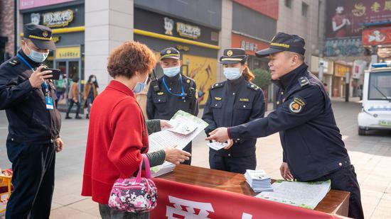 黄陂城管执法督察大队开展垃圾分类宣传活动