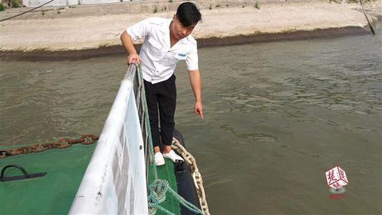 湖北一男子欲跳江轻生 船员乘客联手将其救起