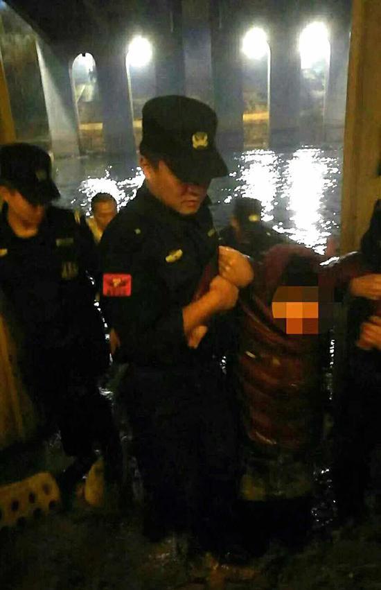 民警和热心群众将轻生的女孩救上岸 本文图均为警方供图