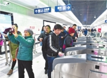 尝鲜市民从华中科?#21363;?#23398;站进站记者李永刚摄