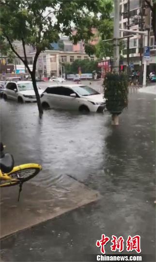 暴雨导致武汉一路段出现短时渍水 郑玉婷 摄
