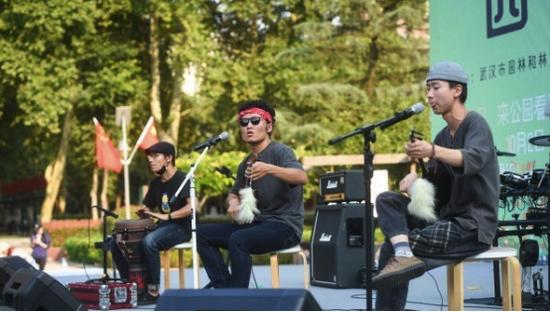 桂花树下赏乐队的金秋 年轻人说又爱上了公园