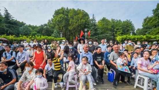 公园的文化演出带动吸引了众多游人驻足欣赏。 记者许魏巍 摄
