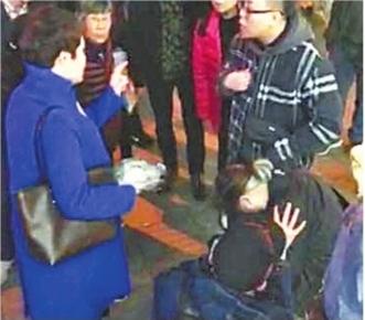 图中白发者为昏迷老奶奶,戴帽男子为陈先生 目击者吴先生视频截图