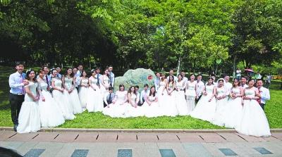 新人们在低碳婚礼纪念林前合影 记者金思柳 摄