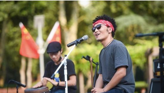 花草音乐上,音乐人在自然环境中激情演唱。 记者许魏巍 摄