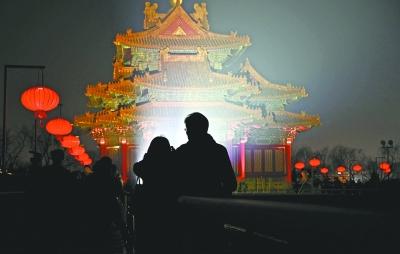 游客在故宫城墙上参观