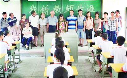 宜昌三中老师董翼(右二)在教室里介绍当老师的家人