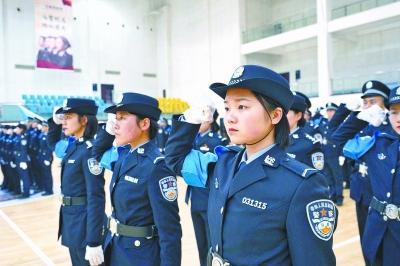 """""""蓝臂章""""民警在进行服务展示"""