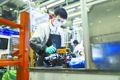 纳铁福武汉工厂车间内,工人们佩戴口罩、护目镜、橡胶手套等操作 长江日报记者康鹏 摄