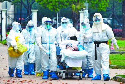 广东支援武汉协和西院ICU医疗队的白衣战士护送带着ECMO的患者转回病房 通讯员金煦 摄
