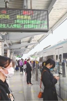 22日早高峰时间,地铁循礼门站1号线,乘客有序乘车,站内电子屏显示全线网拥挤度30% 长江日报记者刘斌 摄