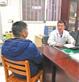 出院前,内科副主任医师马刚再三叮嘱王先生不要乱减肥 医院供图