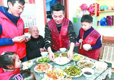 志愿者们为老人烹制团圆饭新华社发