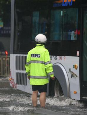 宜昌暴雨致内涝 消防疏散1000余人