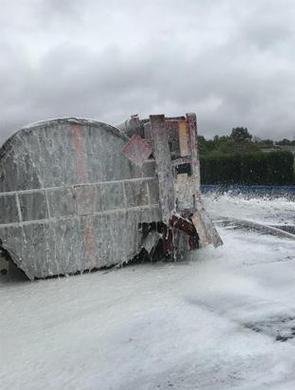 载30吨乙醇槽罐车高速上侧翻泄漏