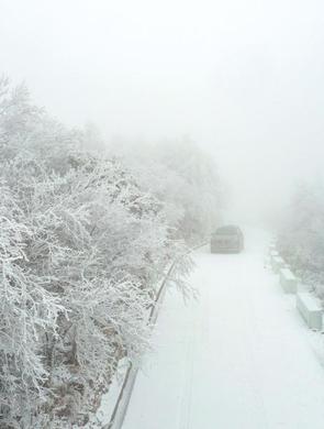 湖北保康一景区雪后出现雾凇景观