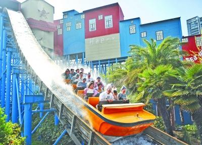 4月7日,欢乐谷景区里游客体验亲水游乐项目 记者苗剑 摄