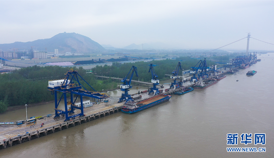 图为湖北黄石长江航道运输繁忙。新华网发