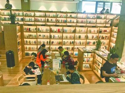 时见鹿书店,游客安静享受书香时光 记者晋晓慧 摄