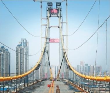 杨泗港长江大桥主缆缠绕钢丝全部完成 记者任勇 摄