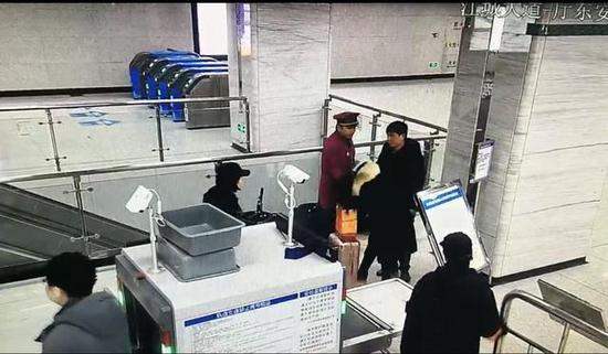 图为李某咬向站务人员瞬间(视频截图)