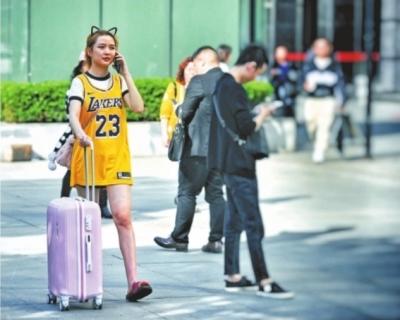 4月7日,武汉最高气温飙至310C,爱美的女孩子已经穿上夏装记者肖僖 摄