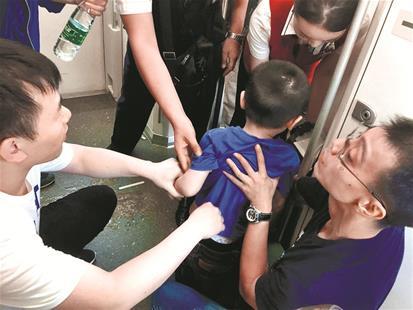 图为:陈凯(右)与朱明林两名医生紧急施救