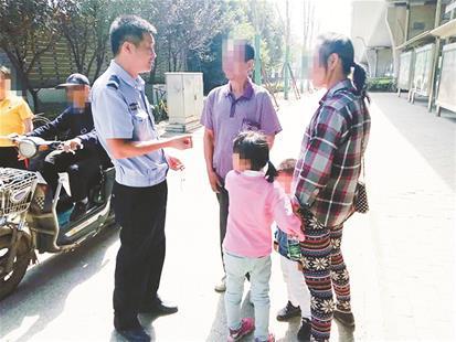 图为:民警将两个孩子交给其亲属