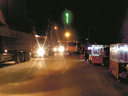 图为渣土车路面排队、小贩摊扎堆挡住公交车