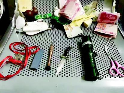 查获手电、改锥、万能钥匙及刀具等用于盗窃的作案工具