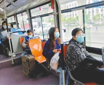 22日9时20分,东西湖大道额头湾公交站,一辆722路公交车行驶途中 长江日报记者张宁 摄