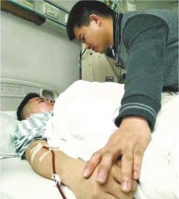 弟弟张刚采集造血干细胞时,哥哥张强一直陪伴在弟弟身边