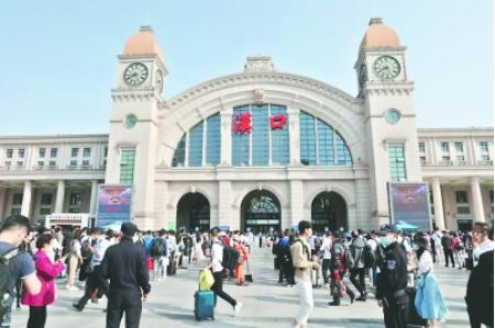 """汉口火车站站前广场""""五一""""期间秩序井然"""