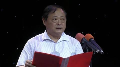 襄阳市委宣传部常务副部长曹荣葆宣读关于襄阳融媒体指挥中心和襄阳广电集团成立的批复