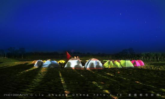 露营者在景区草坪广场惬意享受诗意生活