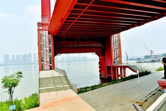 图为:鹦鹉洲长江大桥武昌桥头,行人上桥闸口已封闭