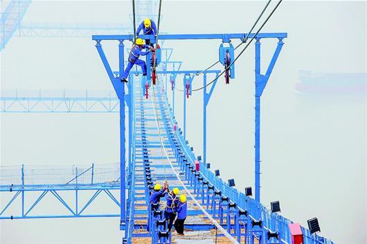 图为:桥梁建设者正在进行施工