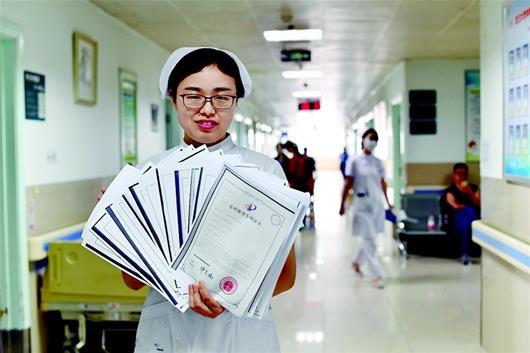 图为陈美桂展示她的专利证书