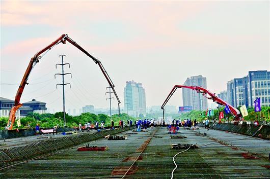 图为:光谷大道南延线施工现场