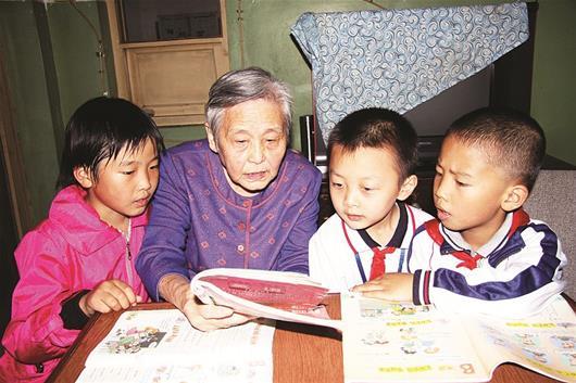 图为陈怡敏在辅导孩子们学习