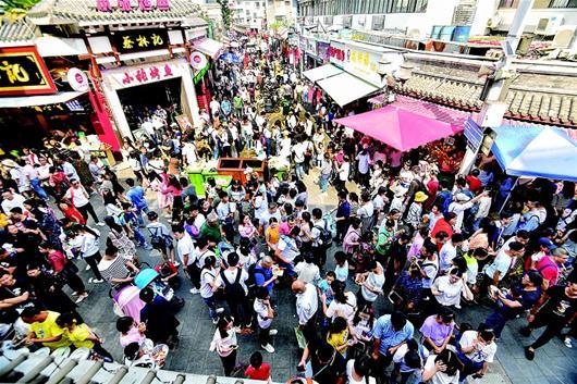 图为:国庆假期,各地游客纷纷来到武昌户部巷品尝江城名小吃。该街人数自动计数器上显示,三天来接待食客每天都超10万人次。 楚天都市报记者李辉摄